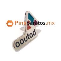 Pin con logo de empresa personalizado y con colores corporativos.