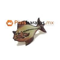 Pin de animal, en este caso es un pez a todo color e impreso.