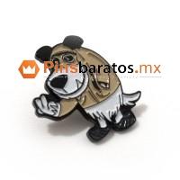 Pin de metal negro con muñeco.