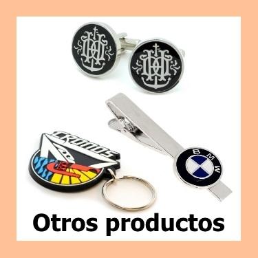 Otros productos personalizados como llaveros, medallas y mancuernillas.