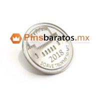Pins metálicos con escudo de pueblos.